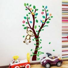 Vrolijk vormgegeven boom met slingerend aapje