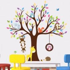 Kleurrijke boom met verschillende dieren