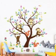 Boom met gekleurde bladeren en vrolijke aapjes