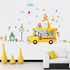 Schoolbus met vrolijke dieren